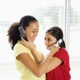 Meisjes op celtelefoons. Stock Foto
