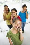 Meisjes op celtelefoons. Stock Afbeelding