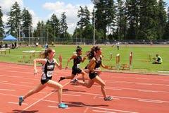 Meisjes op de 100 meters streepje Royalty-vrije Stock Afbeeldingen