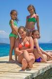 Meisjes op de houten pijler op het overzees royalty-vrije stock afbeelding