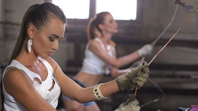 Meisjes op de productie van koperen geleiders van kabel stock video