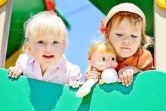 Meisjes op de speelplaats Royalty-vrije Stock Afbeeldingen
