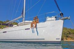 Meisjes op de zeilboot stock fotografie