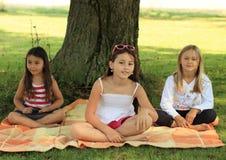 Meisjes op deken Royalty-vrije Stock Afbeeldingen