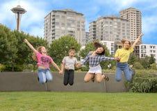 Meisjes op familievakantie die excitedly in het Olympische Beeldhouwwerkpark springen, Seattle, Washington royalty-vrije stock fotografie