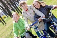 Meisjes op fietsen Stock Afbeelding