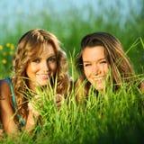 Meisjes op gras Royalty-vrije Stock Fotografie