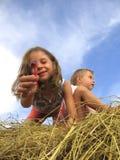 Meisjes op hayrack Stock Afbeeldingen