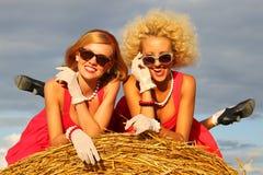 Meisjes op het gebied royalty-vrije stock afbeelding