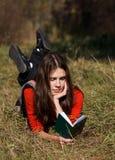 Meisjes op het gras royalty-vrije stock fotografie