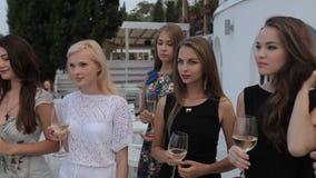 Meisjes op het restaurantterras met schitterend stock footage