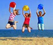 Meisjes op strand stock fotografie