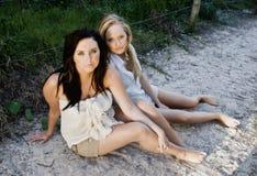 Meisjes op strand royalty-vrije stock afbeelding