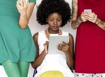 Meisjes op telefoons royalty-vrije stock foto's