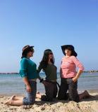 Meisjes op zee stock afbeelding