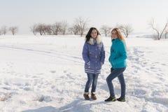Meisjes in openlucht in de winterdag Royalty-vrije Stock Afbeeldingen