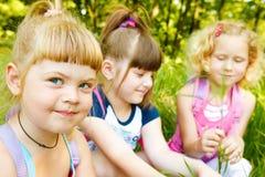 Meisjes in park stock afbeeldingen