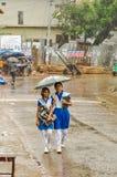 Meisjes in regen in Bangladesh royalty-vrije stock afbeeldingen