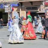 Meisjes in rode en witte kleding met patronen Royalty-vrije Stock Afbeelding