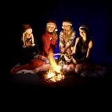 Meisjes rond kampvuur Stock Afbeelding