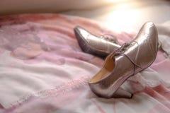 Meisjes in schoenen op roze bloemrijk bed stock fotografie