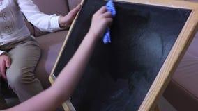 Meisjes schoon bord stock footage