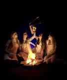 Meisjes in schorten door kampvuur Stock Afbeelding