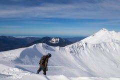 Meisjes snowboarder ritten snel op losse sneeuw Freeride stock afbeelding