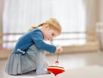Meisjes speelbromtol Stock Fotografie