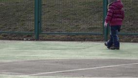 Meisjes Speelvoetbal Baby met Bal op Sportterrein 4K ultrahd stock video