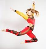meisjes sprong in gymnastiekdans Stock Afbeelding