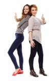 Meisjes status rijtjes omhoog makend de duimen ondertekenen Royalty-vrije Stock Foto's