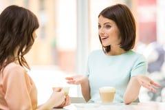 Meisjes in stedelijke koffie Stock Afbeeldingen