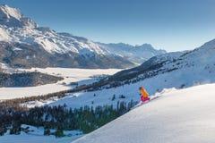 Meisjes telemark skiër op de helling boven de vallei van meren stock foto