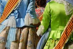 Meisjes in traditioneel kostuum, die een fiesta in Spanje vieren stock afbeeldingen