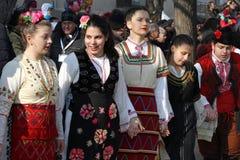 Meisjes in traditionele horo van de kostuumsdans tijdens het internationale festival van maskeradespelen † Surva† royalty-vrije stock fotografie
