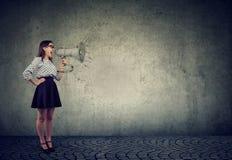 Meisjes uitspreidend nieuws met luidspreker stock foto