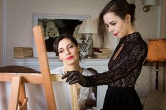 Meisjes in uitstekende kleding in de olieverfschilderijklasse Voegde een kleine korrel, imitatie van filmfotografie toe royalty-vrije stock afbeeldingen