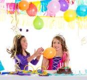 Meisjes van de de verjaardagspartij van kinderen de gelukkige met ballons royalty-vrije stock afbeelding