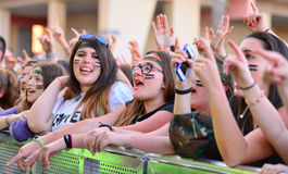 Meisjes van het publiek voor het stadium, die op hun idolen bij het Pop Festival van Primavera toejuichen Stock Foto's