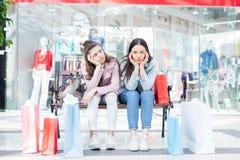 Meisjes van het winkelen worden vermoeid die royalty-vrije stock foto's
