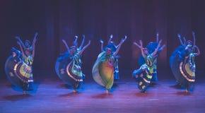Meisjes 3 van het Yikostuum de volksdans van Axi sprong-Yi van het dansdrama royalty-vrije stock fotografie