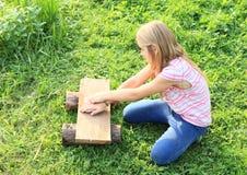 Meisjes verbergende elastiekjes Stock Foto's