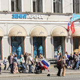 Meisjes verkopende vlaggen Stock Foto's