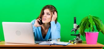 Meisjes vrij aantrekkelijke student met laptop Modern studentenmeisje Het concept van het onderwijs Student Life Het roepen van v stock fotografie