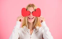 Meisjes vrolijke daling van liefde De liefde van het het hartsymbool van de meisjesgreep en romantische roze achtergrond De liefd stock afbeelding