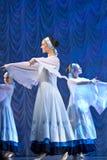 Meisjes in witte kleding die op stadium, Russische Nationale Dans dansen Royalty-vrije Stock Fotografie