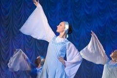 Meisjes in witte kleding die op stadium, Russische Nationale Dans dansen Royalty-vrije Stock Afbeeldingen