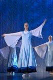 Meisjes in witte kleding die op stadium, Russische Nationale Dans dansen Royalty-vrije Stock Foto's