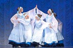 Meisjes in witte kleding die op stadium, Russische Nationale Dans dansen Stock Fotografie